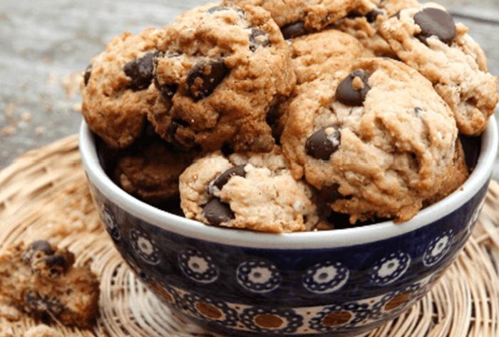 recetas de postres faciles y rapidos, galletas caseras en cuenco con trozitos de chocolate