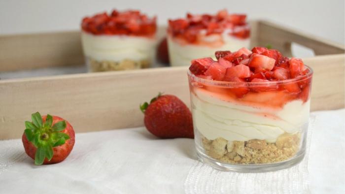 recetas de postres faciles y rapidos, postre en vaso con galletas molidas, crema de natilla y trozitos de fresas