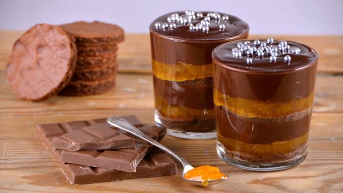 recetas de postres faciles y rapidos, vasos de vidrio con postre con chocolate y decorado con bolitas de azúcar