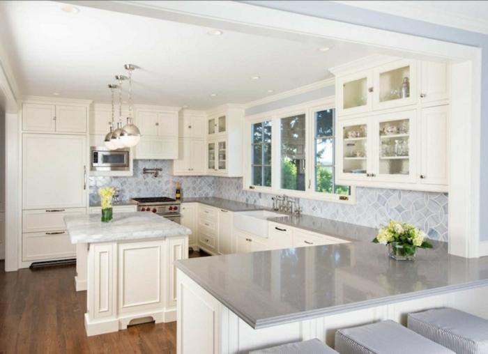 foto de cocina de estilo american con armarios encolor beige y encimera gris clara con lámparas esfericas