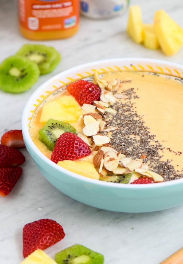 desayunos originales con frutas, nueces y semillas, fresas frescas, kiwis y almendras, desayuno saludable