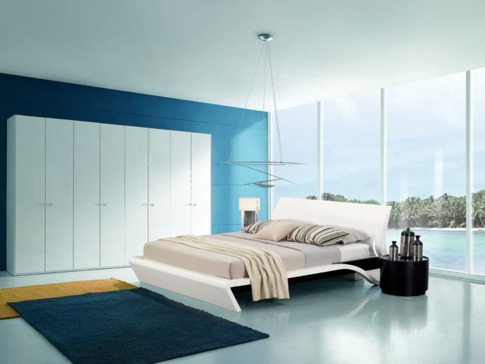 decoracion de habitaciones matrimoniales, cama blanca con cojines de rayas y manta beige, ventanas grandes