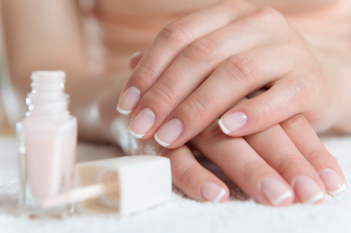 manicura francesa clásica, uñas cortas cuadradas ovaladas, diseños de uñas francesas decoradas
