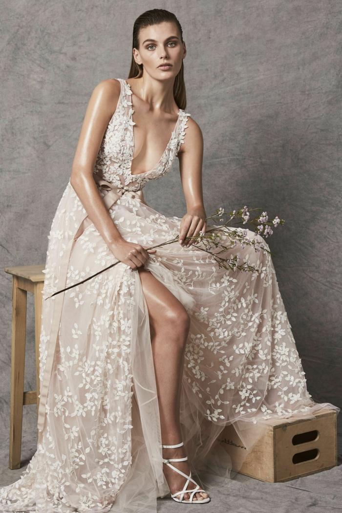ideas de vestidos de novia ibicencos 2018, largo vestido de hendidura en color marfil con grande escote