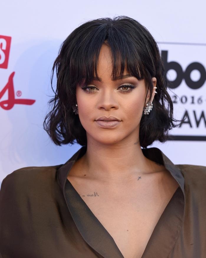 trenzas con flequillo, Rihanna con media melena de color negro ondulada con flequillo recto despeinado