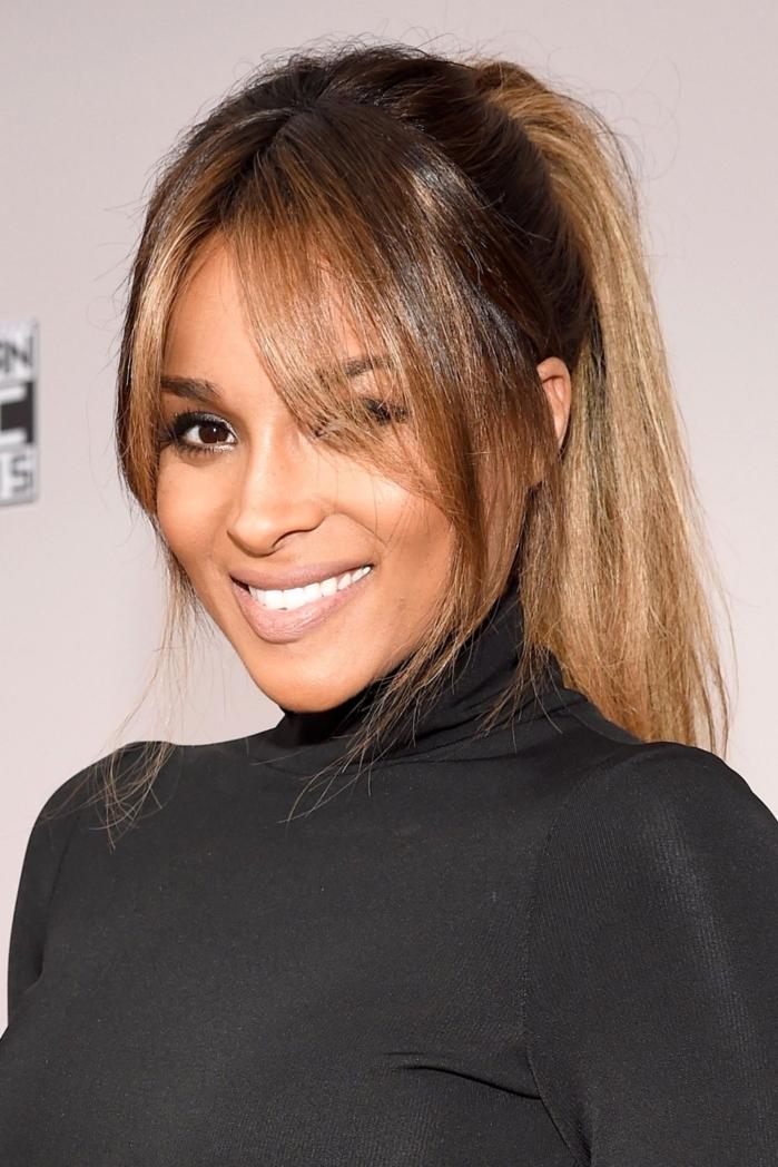 flequillo desfilado, Ciara con el pelo en coleta alta con mechas rubias con el flequillo echado hacia cada lado de la cara