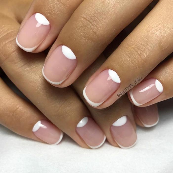 uñas francesas decoradas con luna media, diseño sencillo y elegante, uñas cortas y ovaladas