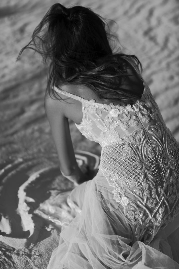 vestido en color blanco roto de encaje y tul con espalda descubierta, vestidos de novia ibicencos 2018