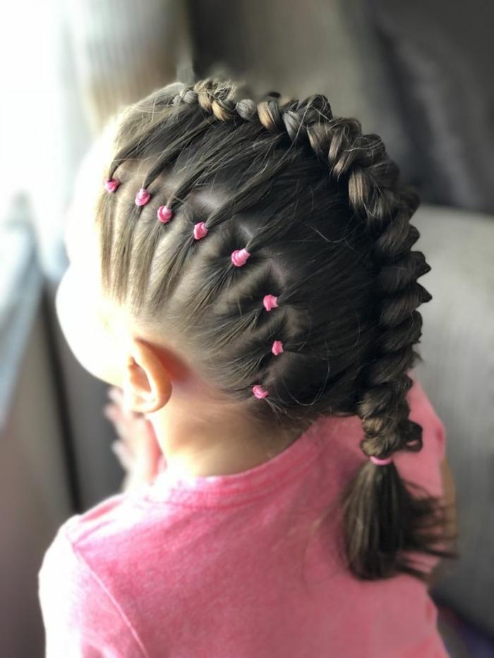 recogidos fáciles, niña con trenza de dragón empezando de la parte superior del cabello, coletas pequeñas con gomas