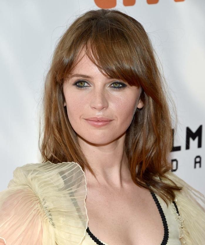flequillo desfilado, modelo con melena media con flequillo hacia un lado echado, pelo de color cobre