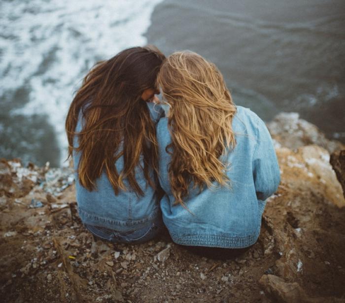 preciosas ideas sobre que regalar a una amiga por su cumpleaños, dos amigas viajando juntas