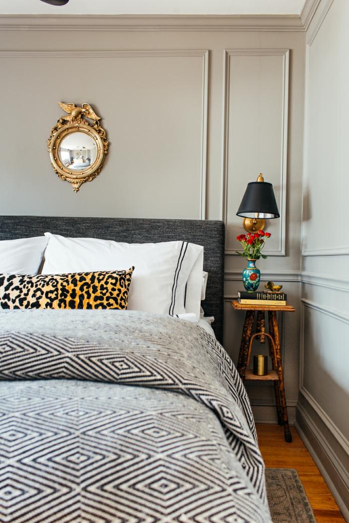precioso dormitorio decorado en el gama gris, elementos en dorado y estampados animales