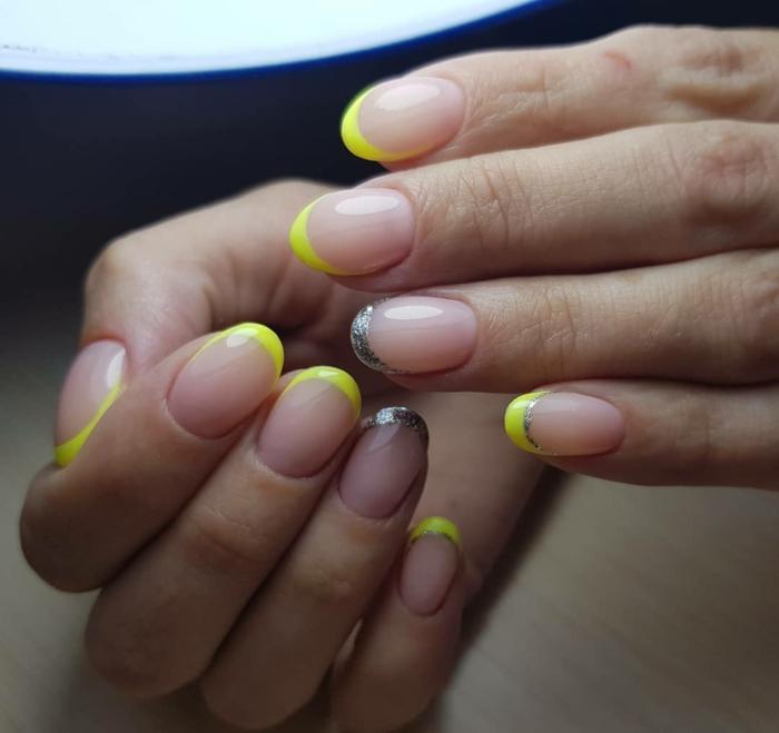 uñas francesas decoradas en tonos fluorescentes, manicura francesa con linea en amarillo neon y plateado