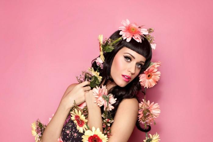 flequillo de lado, Katy Perry con flequillo ultra corto y melena larga con flores por todo el cuerpo y la cabeza