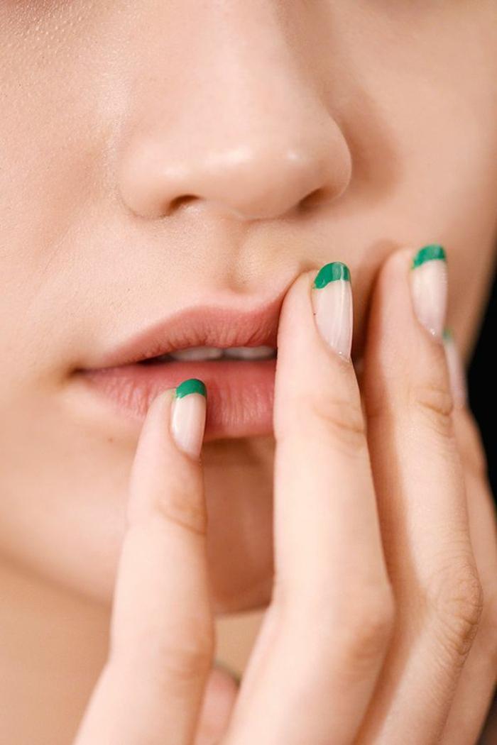 propuestas de uñas francesas decoradas para el verano 2018, esmalte transparente y puntas en verde