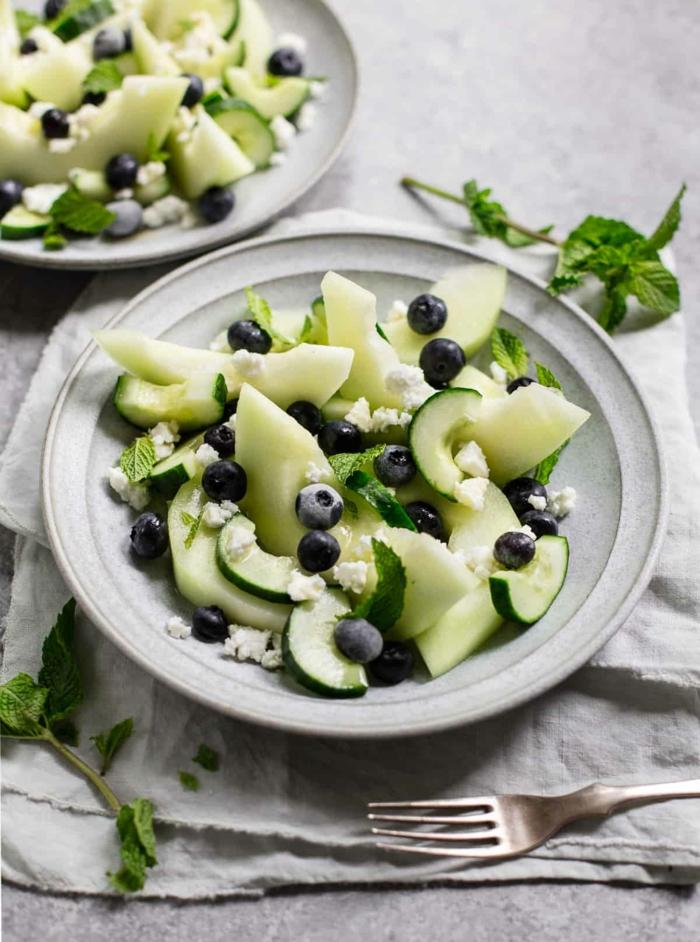 recetas de ensaladas ricas y frescas para el verano, comidas faciles y sanas, ensalada de melón, arándanos, queso feta y menta