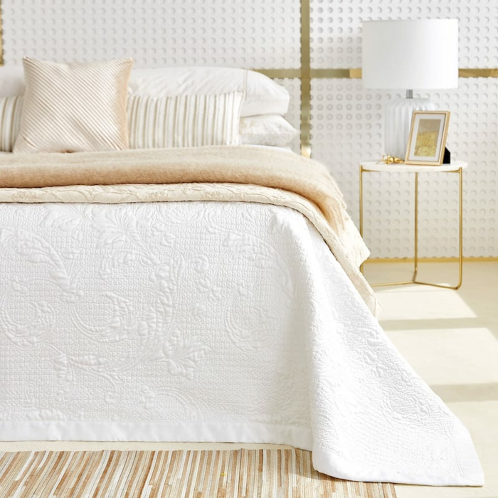 habitación sofisticada en colores claros con elementos en dorado, cómo decorar una habitación paso a paso
