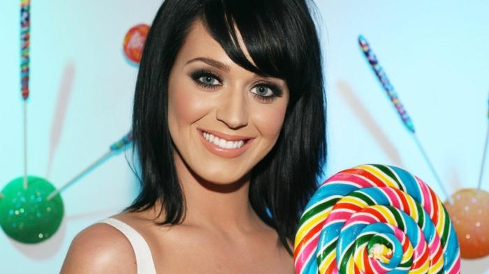 flequillo desfilado, Katy Perry con melena corta negra con flequillo ladeado con piruleta de colores grande