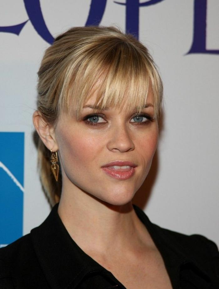 peinados con flequillo de lado, Reese Witherspooncon pelo rubio con flequillo desfilado en coleta, ojos azules