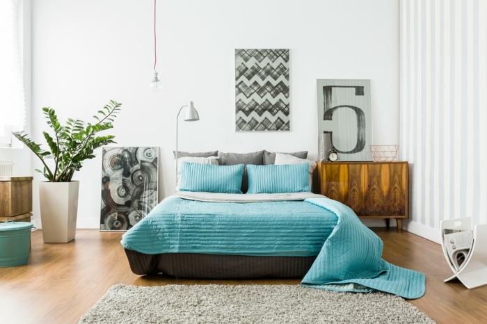 preciosa habitación en estilo bohemio con muchos cuadros decorativos y grande macetero con plantas verdes, ideas cómo decorar una habitación