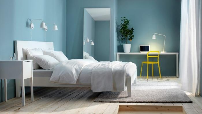 como pintar una habitacion de matrimonio, paredes en azul claro con cama blanca con sabanas blancas