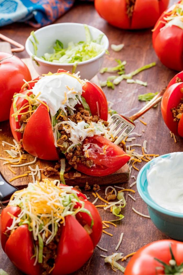 ricas recetas de comidas faciles y sanas, tomates rellenos de carne picado, queso, lechuga y crema agria