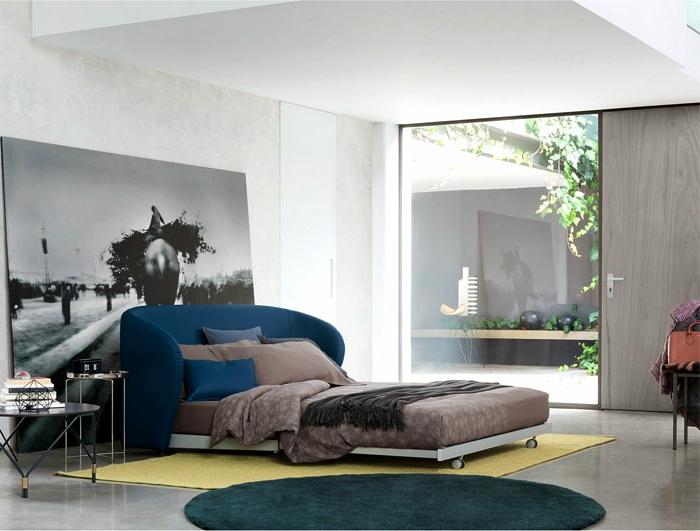 cómo decorar una habitación grande moderna, grandes ventanales cama moderna y combinación de colores saturados