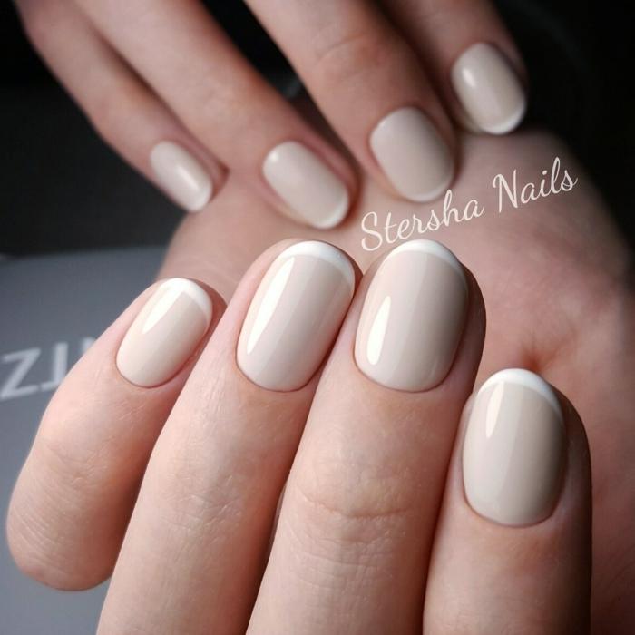 manicura francesa en versión con uñas ovaladas, base en beige y línea delgada en blanco