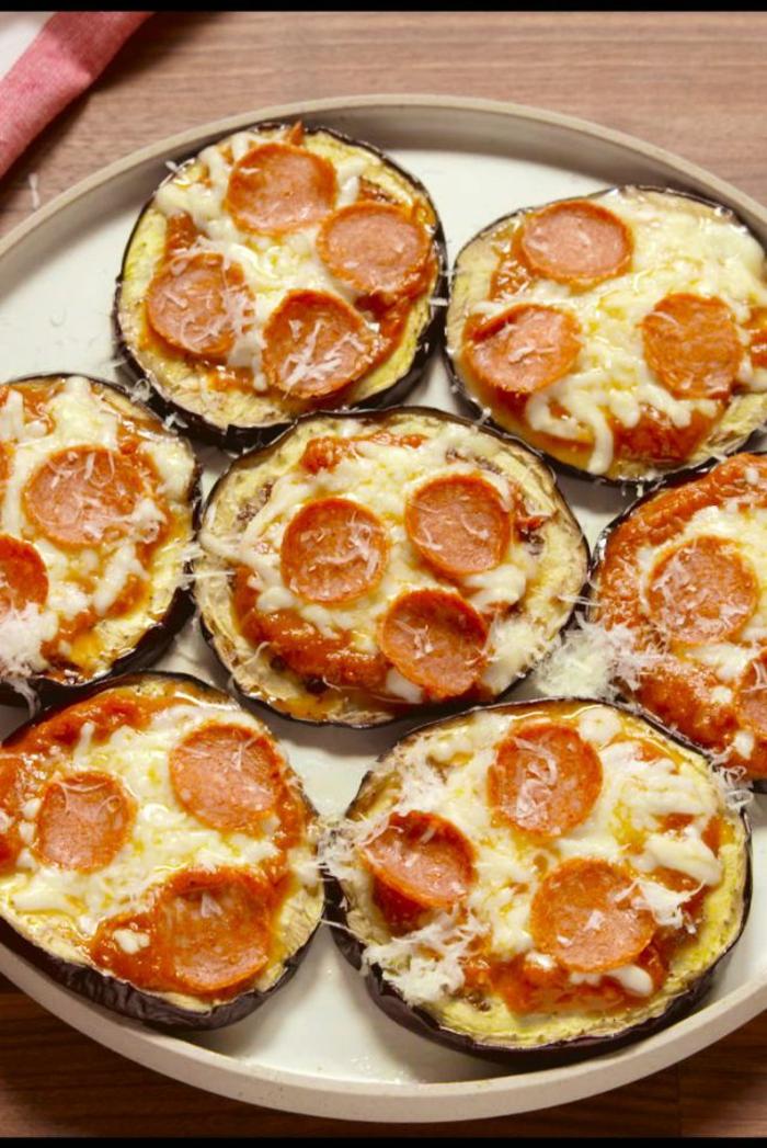 pequeñas pizzas de berenjenas con tomate, chorizo y queso, comidas faciles y sanas paso a paso