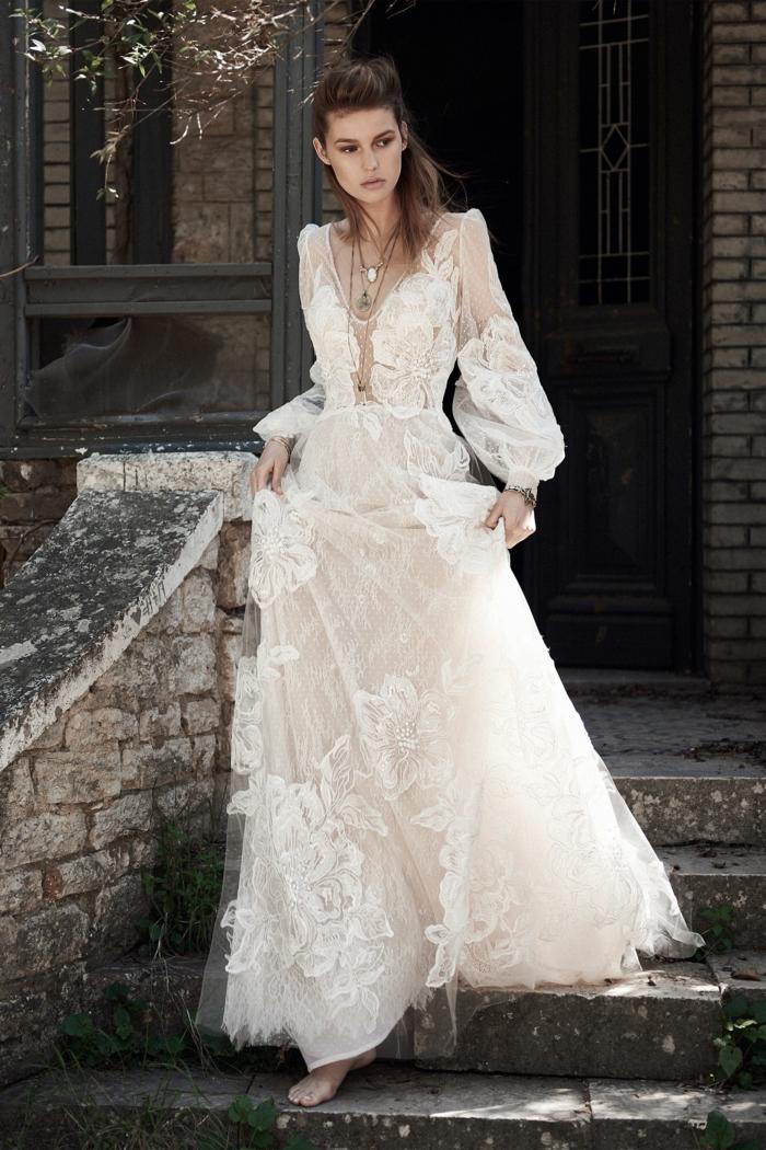 vestidos de novia ibicencos de tul y encaje con motivos florales, largo vestido en color marfil