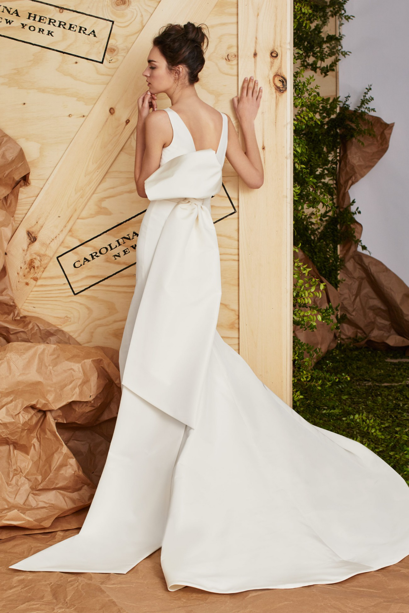 largo vestido de satén en blanco, últimas tendencias en los vestidos de novia en estilo boho chic