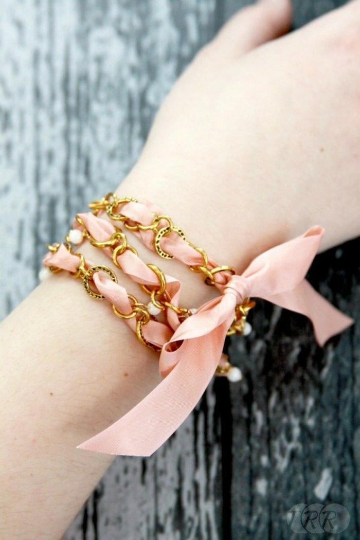 preciosa pulsera de cinta en rosado con detalles en color dorado, que le puedo regalar a mi mejor amiga