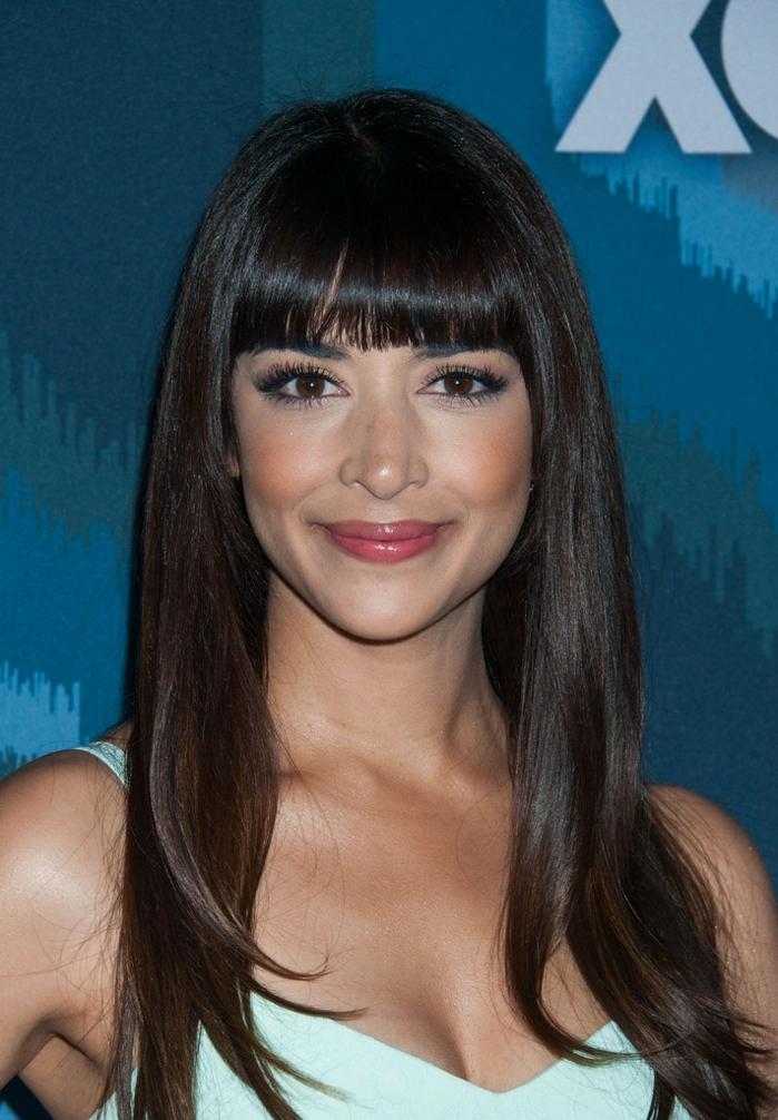 peinados media melena flequillo, modelo con el pelo largo, melena larga con flequillo recto y liso