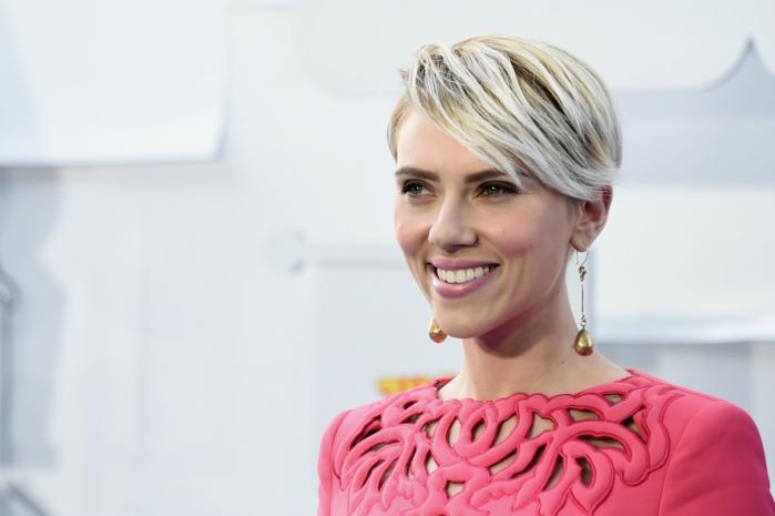 peinados con flequillo, Scarlett Johansson con el pelo con mechas rubias y el flequillo ladeado