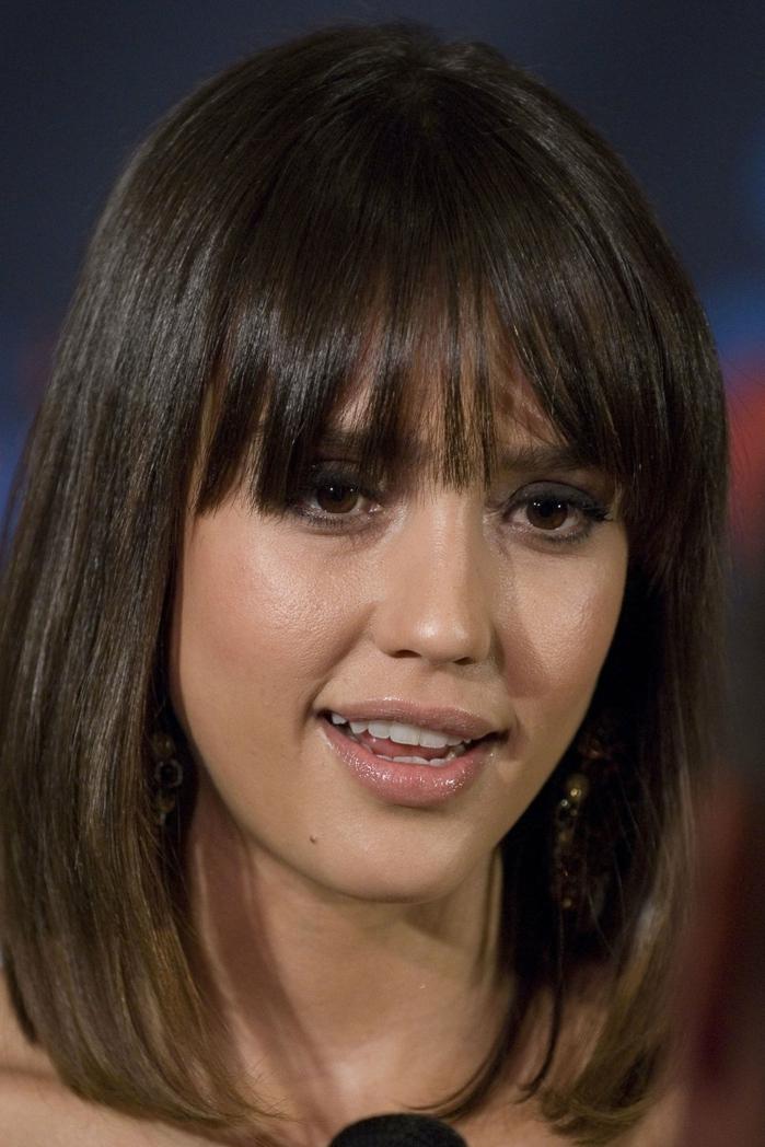 corte pelo flequillo, Jessica Alba con melena media con flequillo despuntado con gloss labial y rimel negro