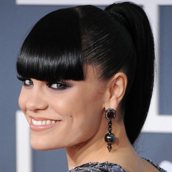 peinados con flequillo de Jessie J, con el flequillo recto y liso y el pelo en coleta alta, pendientes colgantes