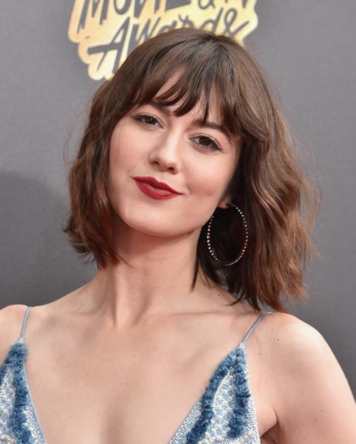 pelo corto con flequillo recto, actriz con el corte de pelo bob con flequillo despeinado y ondulado