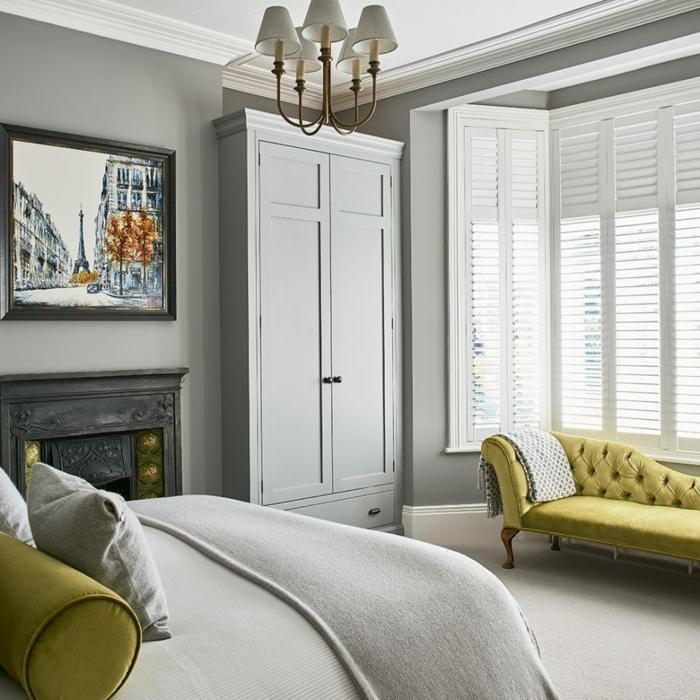 habitación pequeña decorada en gris con elementos en verde mostaza, como decorar una habitacion moderna