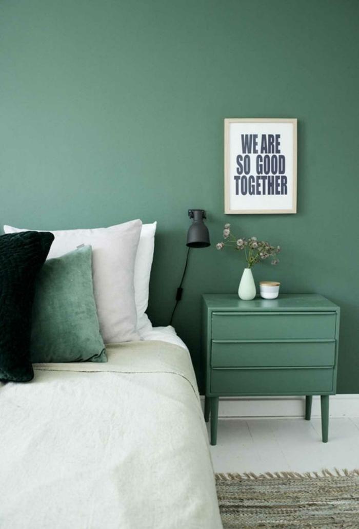 habitacion matrimonio con paredes en verde, armario en el mismo color y cuadro decorativo en la pared