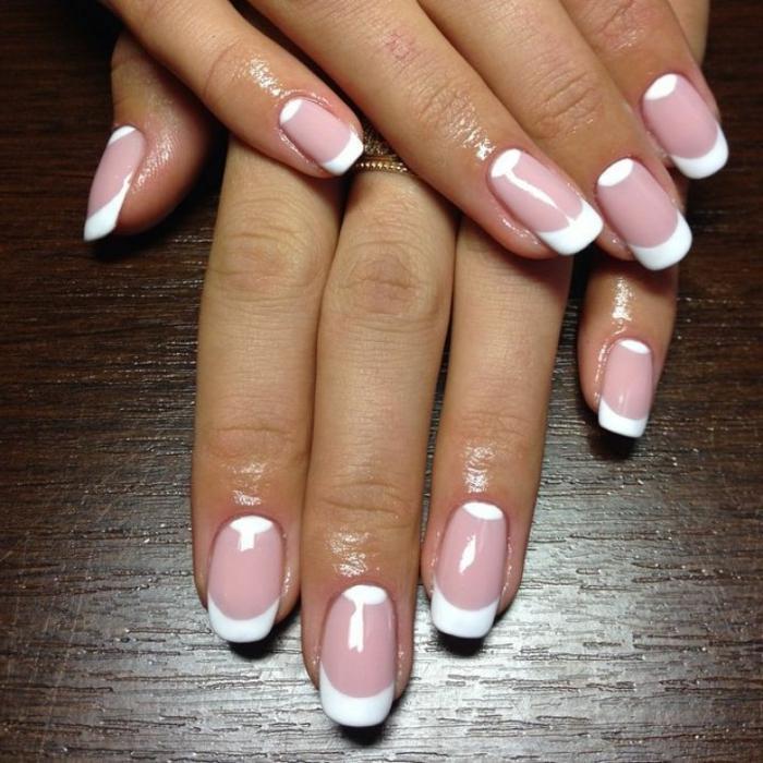 fotos de uñas de gel francesas en rosado y blanco, diseño con media luna en blanco en la base de la uña