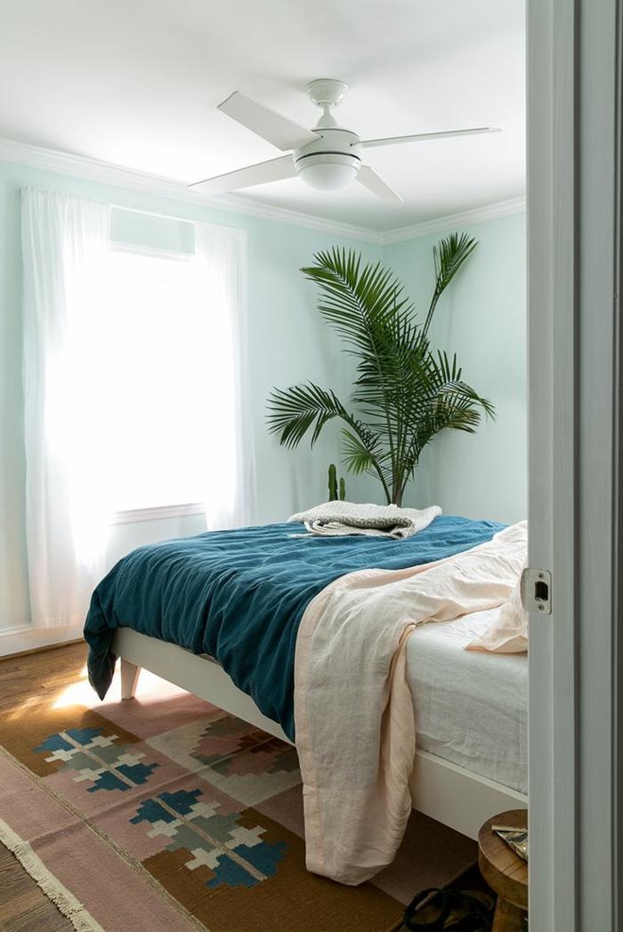 fotos sobre como decorar una habitacion en estilo bohemio moderno, paredes en azul claro y detalles en rosado y azul
