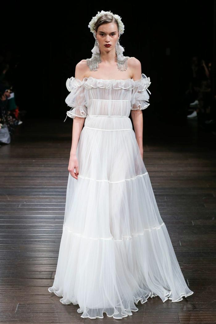 diseño de encanto, vestido largo con falda en capas, parte superior con hombros descubiertos
