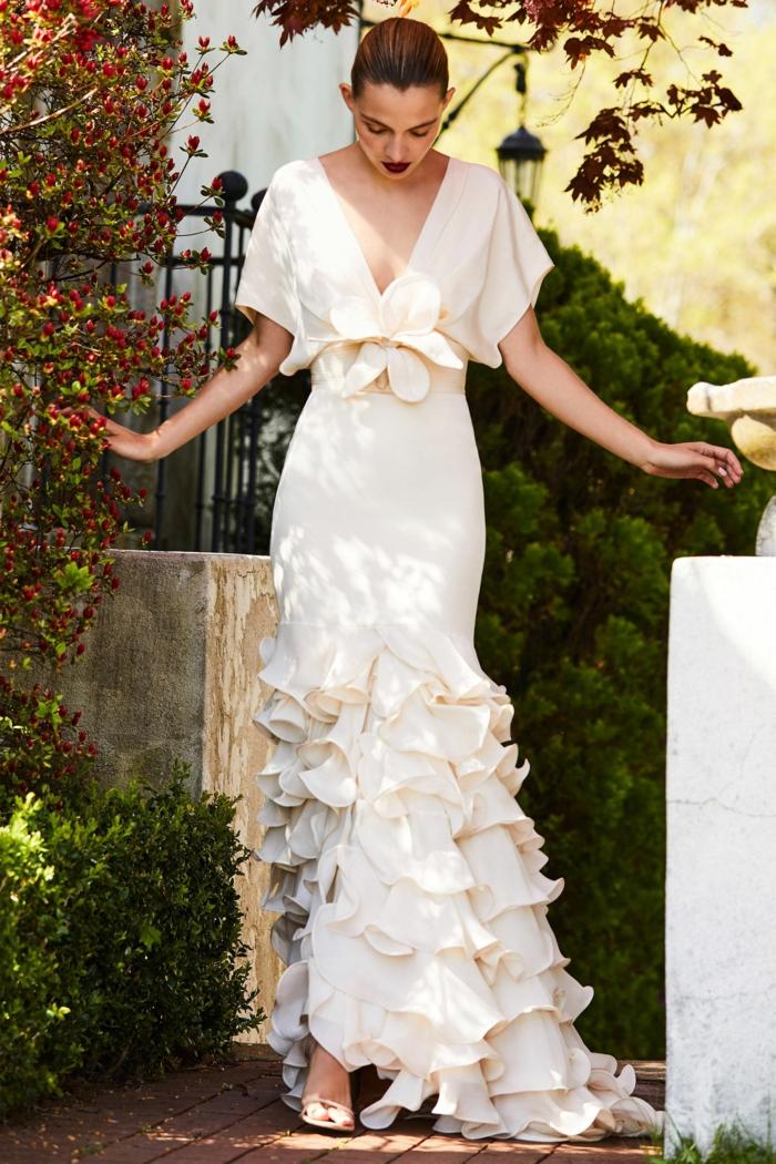 vestidos de novia ibicencos 2018, vestido largo corte flamenco, precioso diseño en color champán