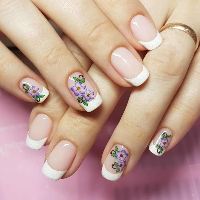 uñas de gel francesas con pegatinas elementos florales, bonitos detalles en lila, variantes de la manicura francesa modernos
