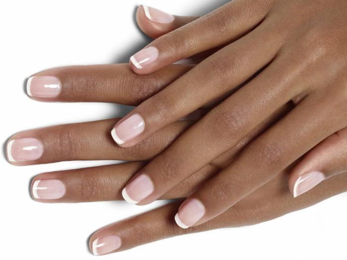 diseño clásico uñas de gel francesas, base nude en rosado y línea en blanco, uñas cuadradas ovaladas