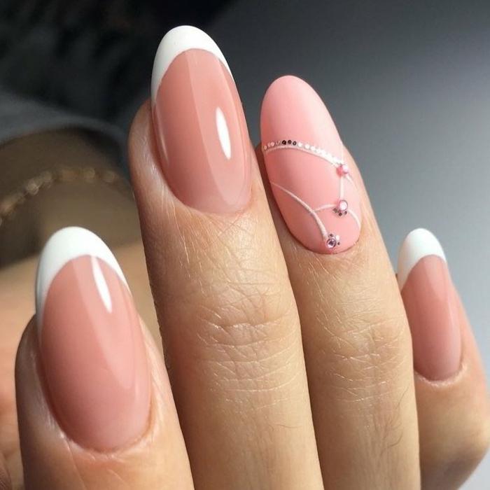 preciosos diseños para novias, base en color nude rosado y línea en blanco, uñas de gel francesas