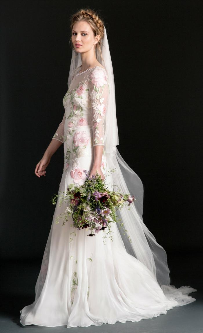 vestidos blancos ibicencos con elementos florales, vestido corte princesa con parte superior estampada de flores