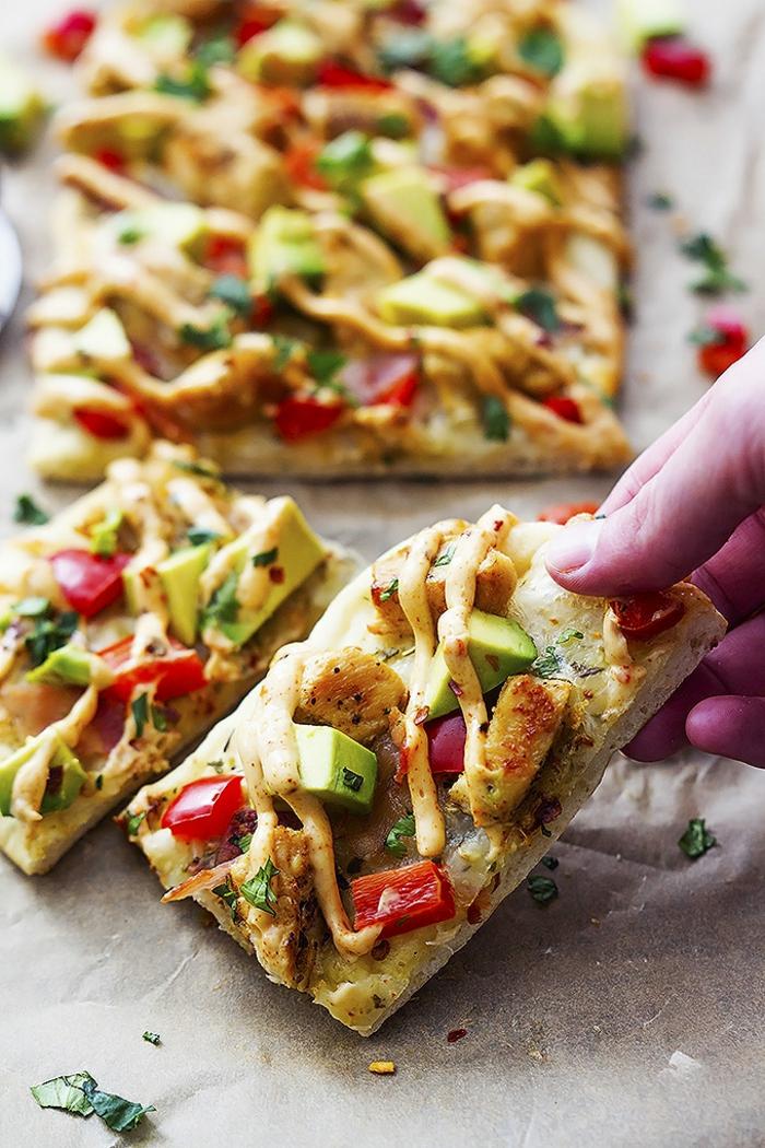 pizza saludable con polo, aguacate y pimientos, recetas rápidas de comidas fáciles y sanas