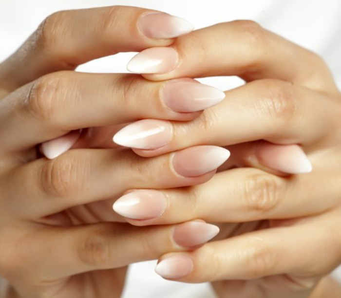 diseños ombre uñas muy largas afiladas, uñas de gel francesas en beige y blanco efecto ombre