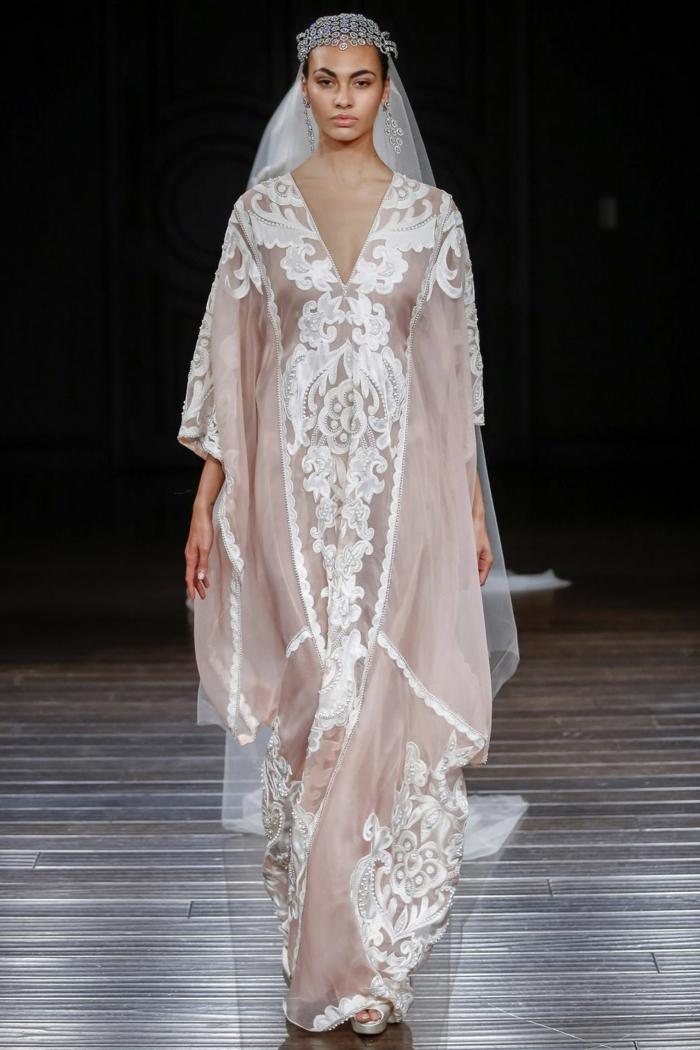 diseño en rosado y blanco, vestidos blancos ibicencos para novias, pelo recogido con adorno